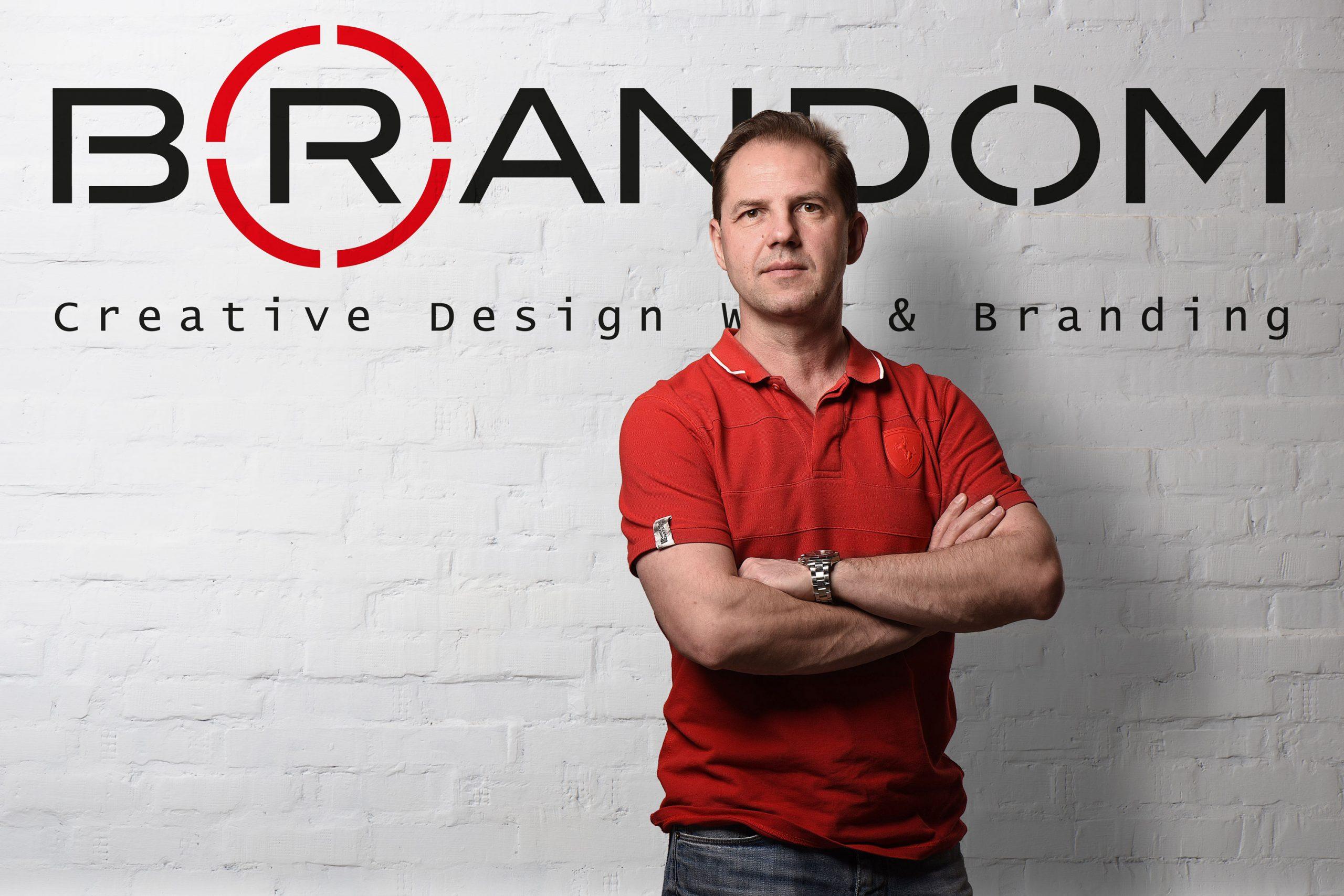 Меня зовут Алексей Смирнов, я креативный лидер, арт-директор. графический дизайнер и чуть-чуть копирайтер в одном лице. Alex Brandom – это мой творческий псевдоним, который помогает мне на все 100% погрузиться в рабочий процесс и отвечать своим именем за креативный результат. Внутри меня живет студия креатива, арт-дирекшена, веб-дизайна, и брендинга Brandom.   Все и сразу Со мной легко работать, так как я понимаю, что нужно для запуска рекламной кампании или создания нового бренда с нуля. Внимательно читаю бриф клиента и всегда ставлю себя на место потребителя, чтобы прочувствовать рекламируемый продукт или услугу. Четко соблюдаю срок сдачи и выполняю проект на самом высоком качественном уровне.   Работа без ошибок Оберегаю своих клиентов от типичных ошибок, которые допускаются при создании бренда или разработки дизайна. Готов делиться опытом своих ошибок, чтобы мои клиенты не наступали на те же грабли при создании и запуске рекламных кампаний.  Знание рекламного процесса Больше 20 лет я отработал арт-директором и креативным директором в топовых сетевых рекламных агентствах Лео Бернетт Москва, Cheil Russia, ББДО групп, Geometry Global с крупными международными брендами. Отлично знаю все тонкости рекламного процесса от создания креативной идеи, продакшен брифа, съемки видеоролика до разработки рекламных материалов для разных каналов коммуникации.  Точные креативные решения Клиенты ценят меня за то, что я включаю мозг, нахожу точные и правильные креативные решения, укрепляющие имидж бренда и ведущие к увеличению продаж. Владелец бизнеса лучше всех знает свой продукт и чувствует, что ему нужно, но не всегда может это донести до менеджера или дизайнера. Моя задача понять, что нужно бренду и предложить идею, работающую на этот бренд.  Четкий дедлайн Со мной Вы будете уверены в качестве дизайна рекламных материалов и получите нужный результат в срок. Всегда предлагаю составить план действий, согласовать его и точно ему следовать. Мои клиенты всегда знают, что они получат 